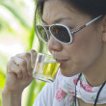 jonge vrouwen het drinken van thee — Stockfoto