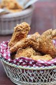 Pollo frito en una cesta — Foto de Stock