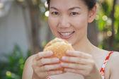 Vrouw eten van een hamburger — Stockfoto