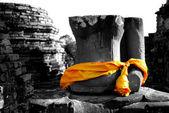 Zniszczyć Buddy z żółtej szacie — Zdjęcie stockowe