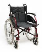инвалидной коляске на белом — Стоковое фото