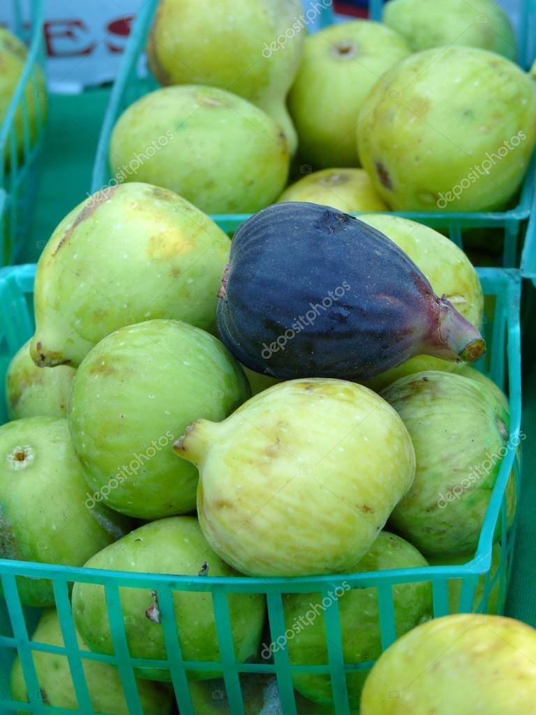 A mix of black and green fresh figs — Stock Photo #12395929
