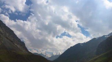 Nuvens sobre o topo da montanha. — Vídeo Stock