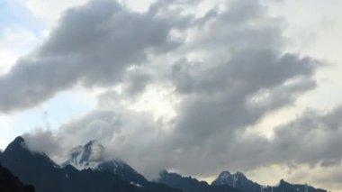 Chmury nad szczytami gór. — Wideo stockowe