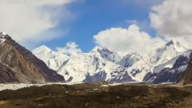 Clouds over glacier Inylchek. Kirgystan, central Tien Shan — Stockvideo