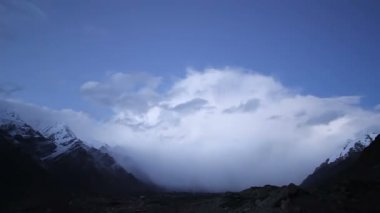 Sunset in the mountains. Kirgystan, central Tien Shan, Valley Inylchek — Stock Video