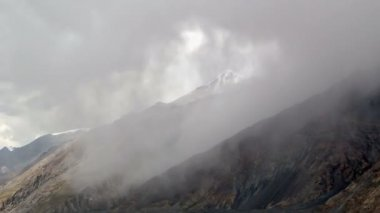 Clouds in the mountains. Kirgystan, central Tien Shan — Stok video