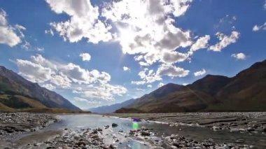 Słońce i chmury odbijają się w czystej wodzie. upływ czasu — Wideo stockowe