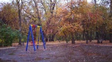 Swings in the park. It's snowing, Ekaterinburg, Russia — Stock Video