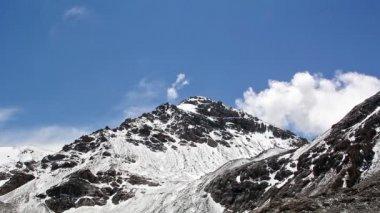 Nuvens vir por trás das montanhas. kirgystan — Vídeo stock