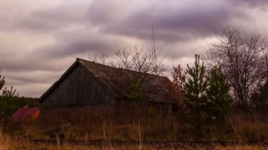Clouds sweep over the barn — Stock Video