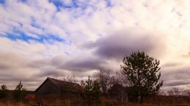 Balayez de nuages sur la grange — Vidéo