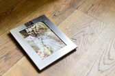 Broken picture frame of married couple — Photo