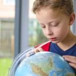 Boy looking at globe — Stock Photo