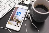 Icono de las redes sociales linkedin en un iphone 5 — Foto de Stock