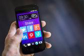 Iconos de redes sociales en la pantalla del teléfono inteligente — Foto de Stock