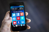 Social media icons on smartphone screen — 图库照片