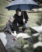 Father and daughter at graveyard — Stock Photo