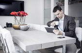 Man using tablet pc at the office — Stockfoto