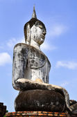 Buddha on ruins temple in Sukhothai historical park — Stock Photo