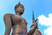 Buddha on ruins temple in Sukhothai historical park — Stock Photo