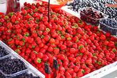 čerstvé jahody na trhu — Stock fotografie
