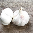 Fresh garlic on wood — Stock Photo