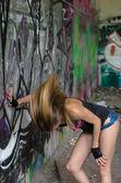 她摇头,与涂鸦墙附近的女孩 — 图库照片