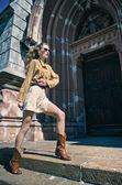 Mulher posando na cidade — Fotografia Stock