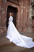 Woman posing in a wedding dress — Stockfoto