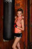 Sexig fitness modell i gymmet — Stockfoto