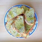 Tranches de pain servis dans une plaque avec l'huile d'olive et condiments d'origan — Photo