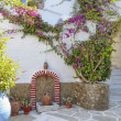 Alley and  bougainvillea flower in a Mediterranean island — Foto Stock