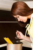 Piękna kobieta, przygotowanie spaghetti w kuchni — Zdjęcie stockowe