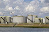 öl-silos an einer gracht — Stockfoto