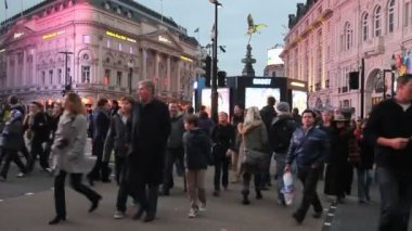 People cross the road on Piccadilly Circus, London, UK — Stock Video