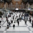 Central hall of Liverpool Street Station in London — Stok video
