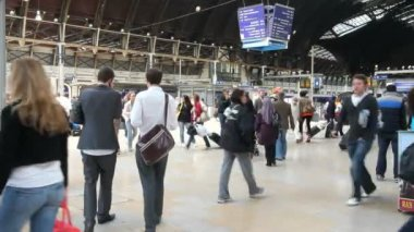 People in Paddington Station in London — Stock Video
