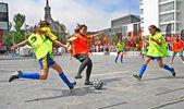 Des filles jouent au football — Photo