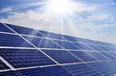 Centrale elettrica usando l'energia solare rinnovabile con sole — Foto Stock