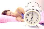 女性と目覚まし時計 — ストック写真