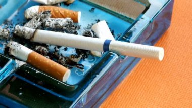 Cigarette burning in the ashtray — 图库视频影像