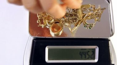 Gold jewelry on a digital scale — Stock Video