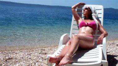 Enjoying the sunbathing — Stock Video