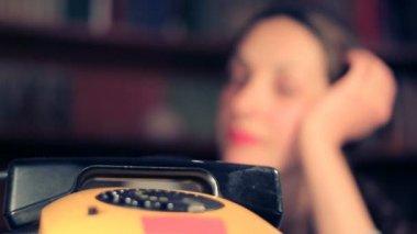 Väntar på ett samtal — Stockvideo