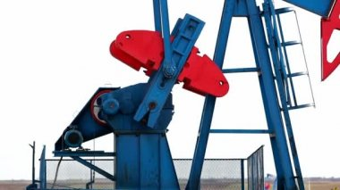 Working oil pump jacks — Stock Video