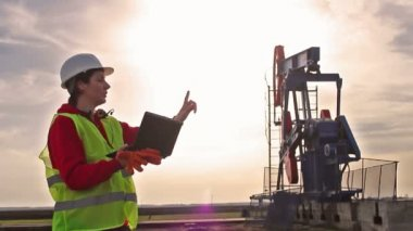 Oil worker and pump jack — Stock Video