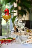 Ресторан таблицы с очками и свеча — Стоковое фото