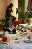 Ресторан таблицы с очками и Роза — Стоковое фото