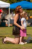 Mor och dotter dela ögonblick på vårfest — Stockfoto